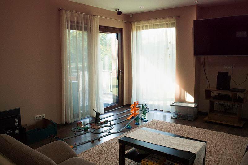 Hangulatos beltér laminált padló és műanyag erkélyajtóval